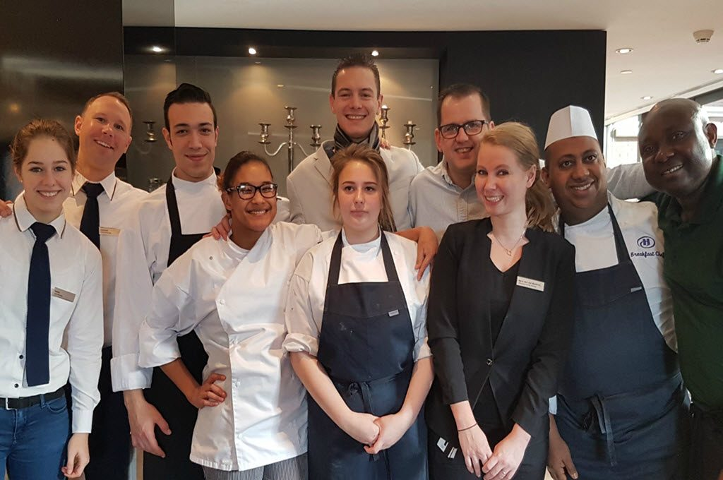 Johanna (vierde van links) en de hele F&B Crew van Hilton The Hague