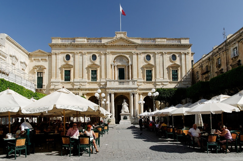 Piazza Regina en National Library in Valletta