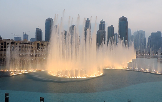 The Dubai Fountains, met links Dean & Deluca's.