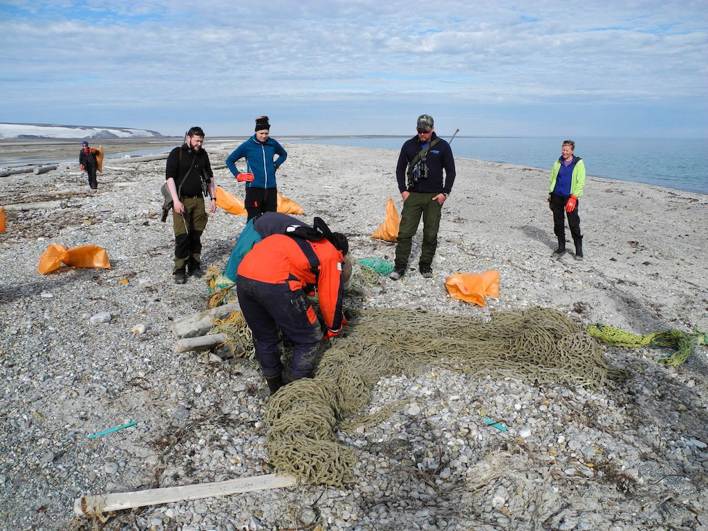 cleaning-the-shores-spitsbergen