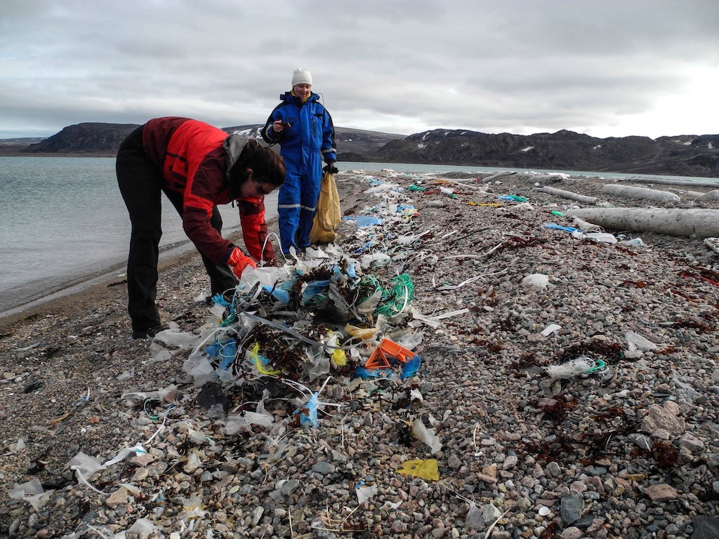 cleaning-the-shores-spitsbergen-2