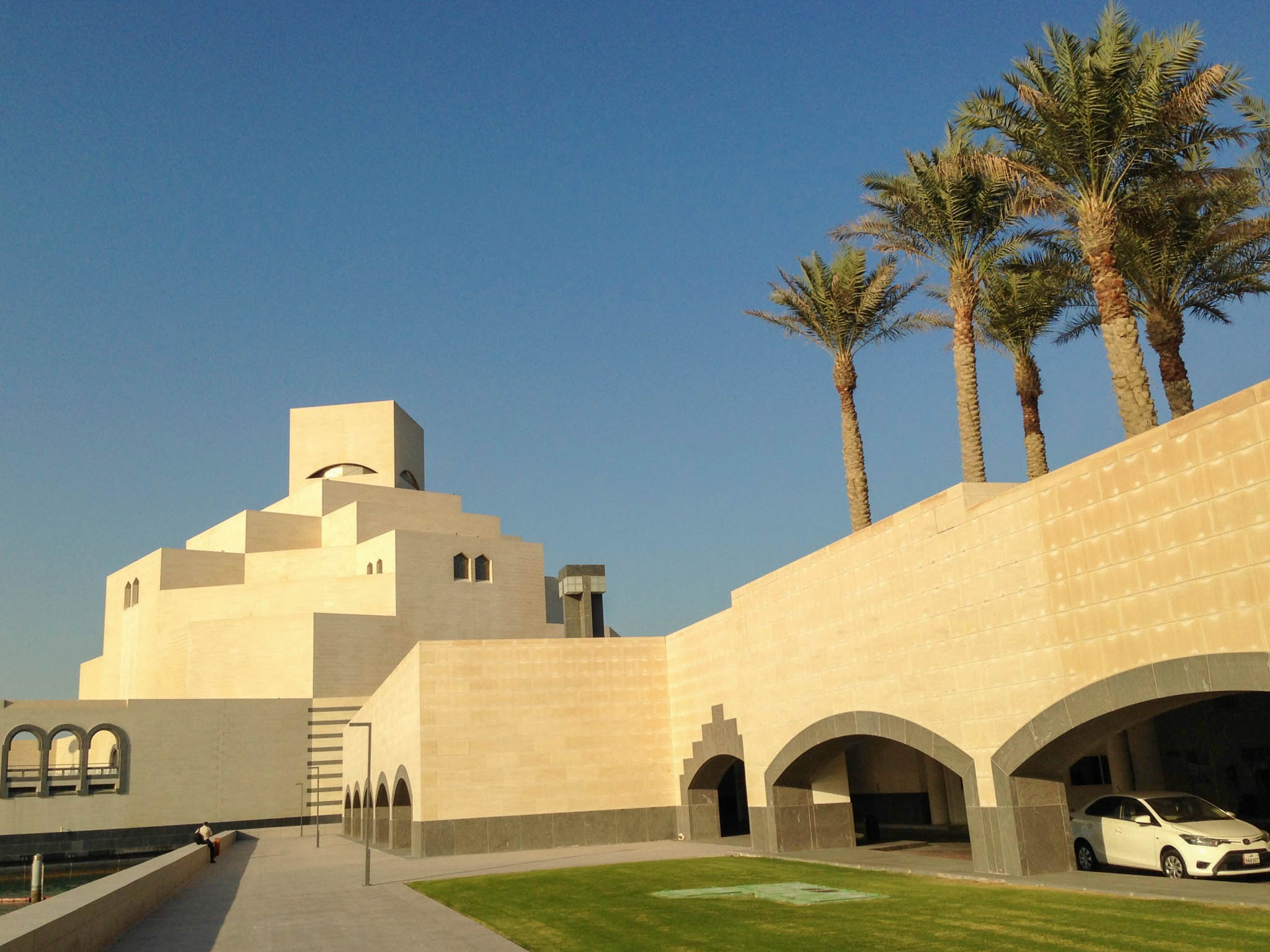 Het Museum of Islamic Art is van honingkleurige kalksteen